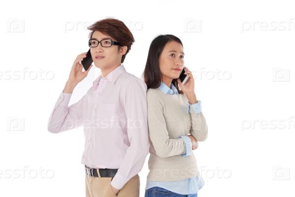 Деловые люди разговаривают по телефону
