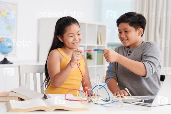 Дети с кабелями