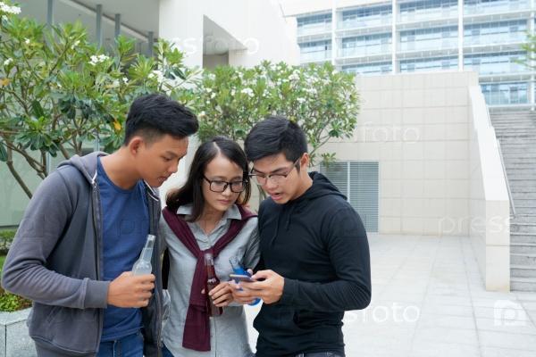 Студенты со смартфоном