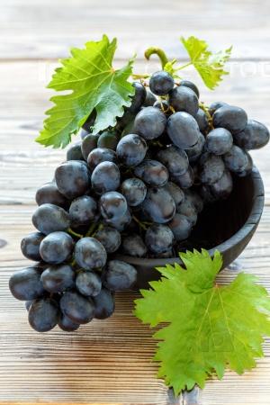 Спелый черный виноград