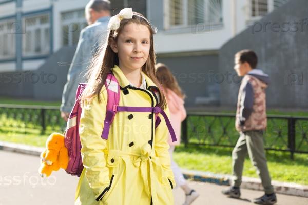Школьница в желтом пальто