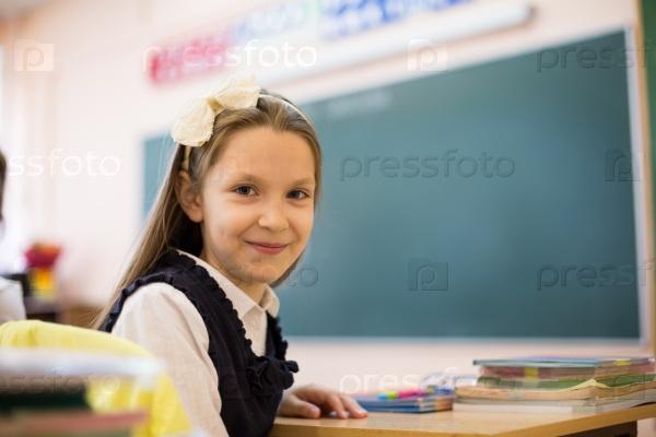 Школьница в классе