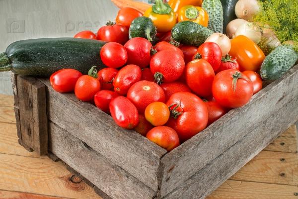 Спелые овощи в деревянной коробке