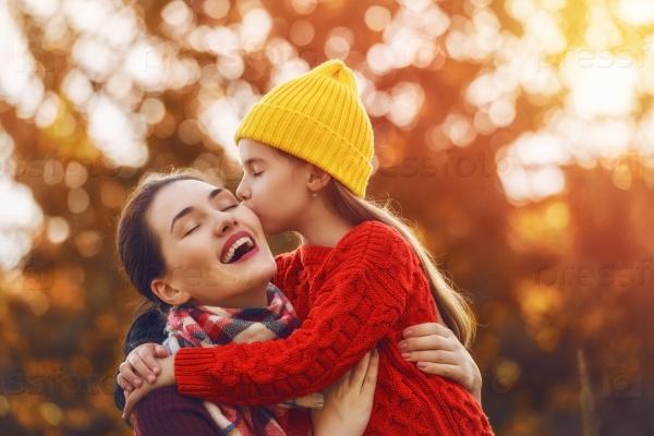 Мать и дочь осенью