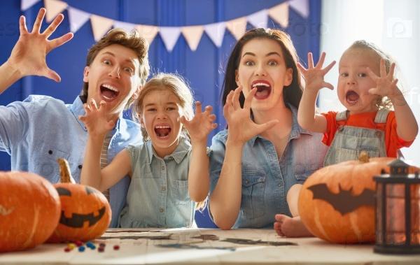 Семья готовится к Хэллоуину