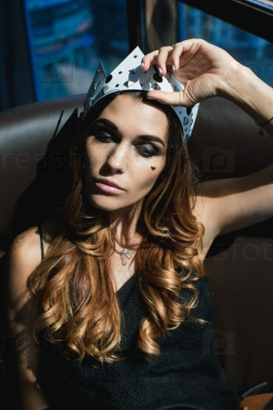 Молодая женщина в короне