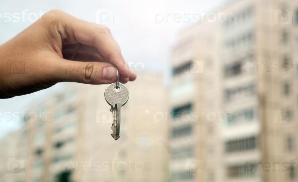 Ключ от квартиры в руке