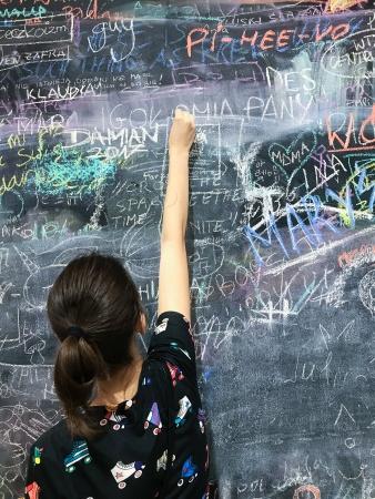 Рисовать мелом на асфальте или чертить классики — наяву встретите давно не виденную подругу детских и школьных лет.