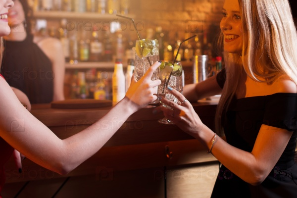 Две подруги в баре картинки