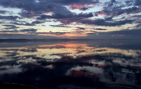 Красочное небо отражается в озере на закате