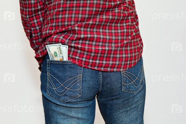 Человек в клетчатой рубашке с деньгами в заднем кармане