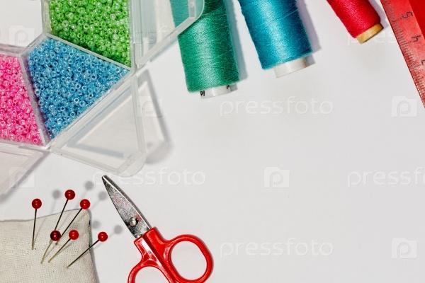 Швейные инструменты и принадлежности на белом фоне