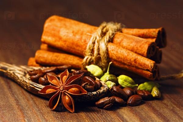 Кофе в зернах со специями в деревянной ложке