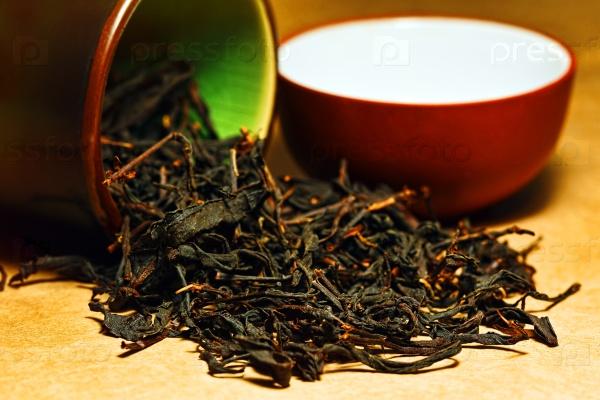 Красный чай в керамической баночке