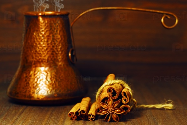 Традиционный кофейник и специи на столе