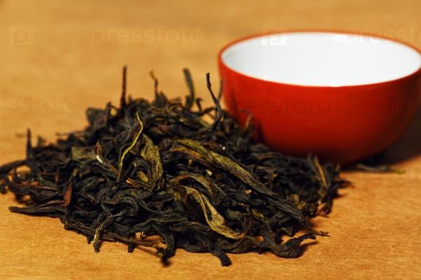 Красные листья чая и традиционная чашка