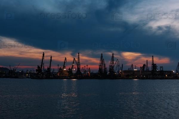 Торговый порт в ночное время