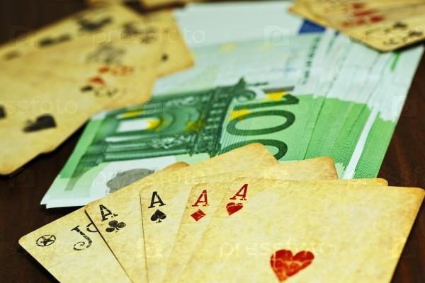 Игральные карты и деньги на столе