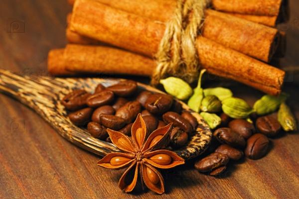 Различные специи и обжаренные кофейные зерна