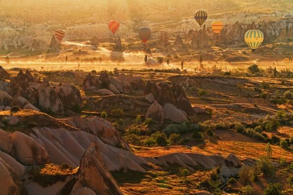 Фантастический пейзаж Каппадокии с воздушными шарами в утренние часы