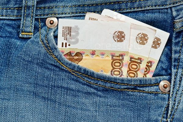 Несколько российских рублей в кармане джинсов