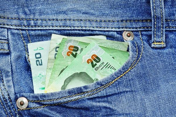 Деньги Таиланда в переднем кармане джинсов