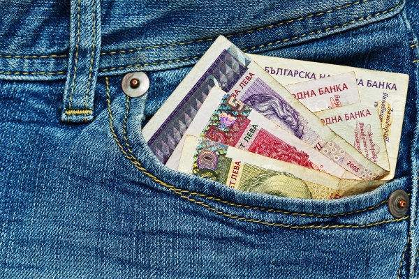 Несколько болгарских банкнот в кармане джинсов