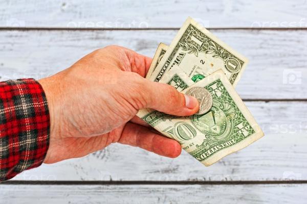 Несколько долларов в руке