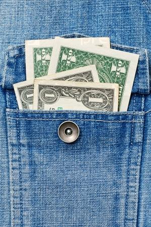 Два доллара США в кармане джинсов