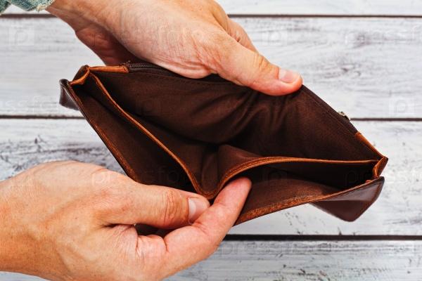 Понятие бедности - пустой кошелек в руках
