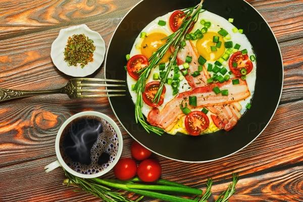 Завтрак с яичницей и черным кофе