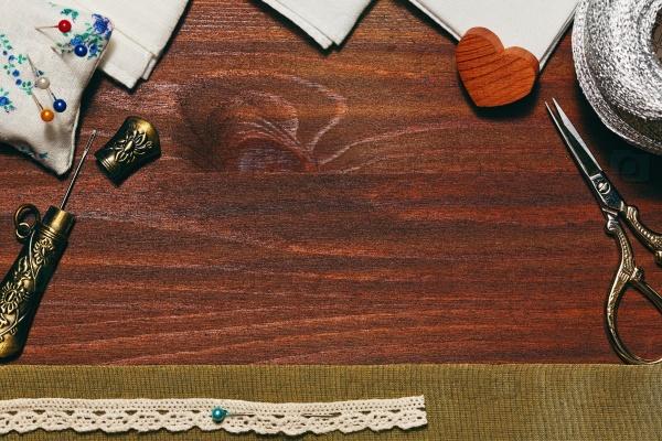 Деревянный фон со швейными принадлежностями