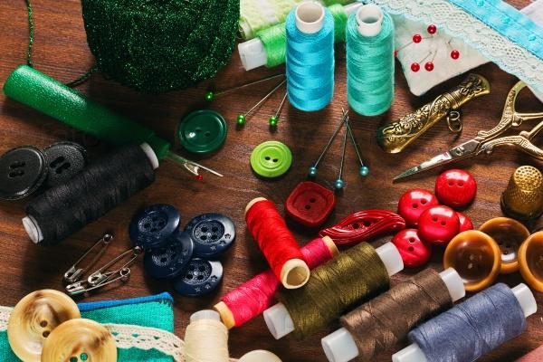 Много швейных инструментов и материалов
