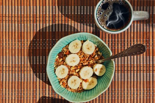 Здоровый завтрак с мюсли и кофе