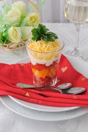 Салат из красных и желтых помидоров с майонезом и сыром