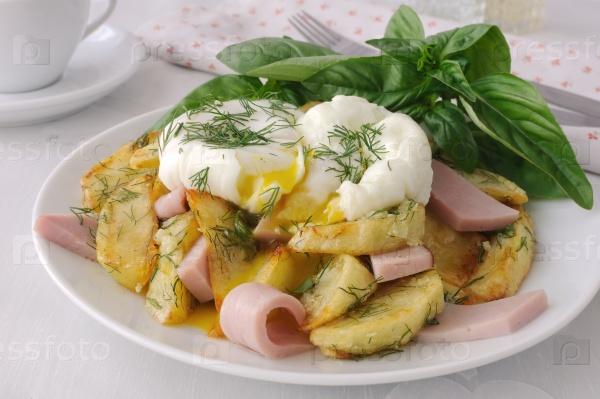 Жареный картофель с укропом и ветчиной с яйцами Бенедикт
