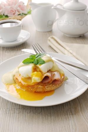 Вареные яйца (пашот) с ветчиной на булочке с соусом