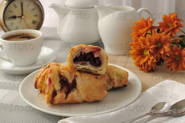 Утренняя чашка кофе и свежеиспеченные пирожные с вишнями