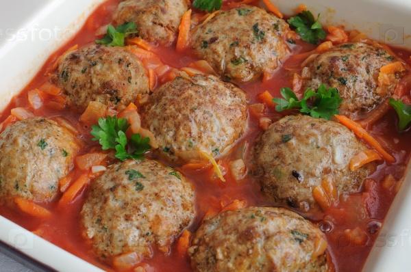 Фрикадельки с травами и томатным соусом на сковороде