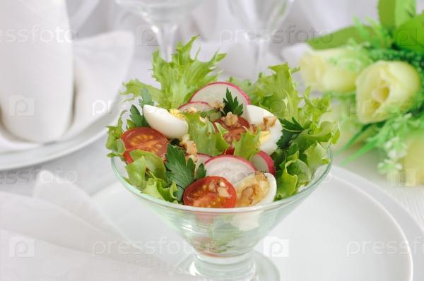 Салат из летних овощей с перепелиными яйцами