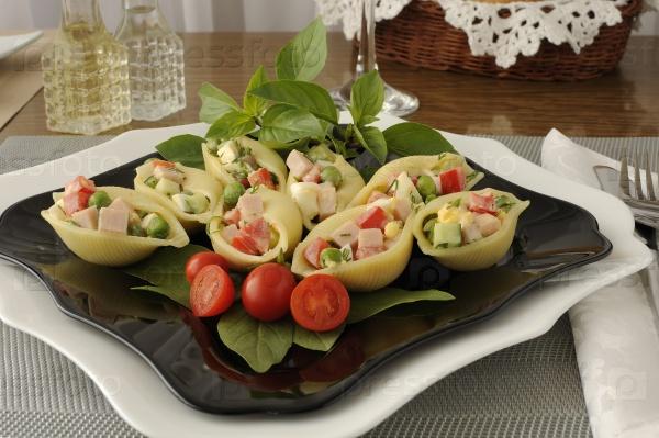Морские раковины-макароны, фаршированные овощами и ветчиной