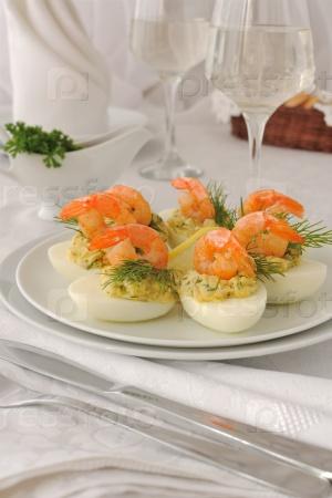 Яйца фаршированные пикантными креветками