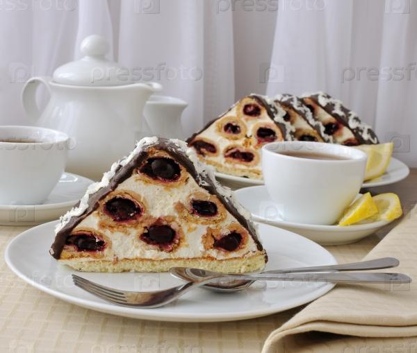 Пирог с вишней, шоколадом с кокосовой стружкой