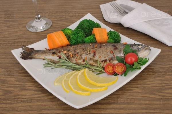 Морской окунь, запеченный с брокколи и морковью