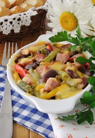 Бобы с ветчиной и овощами, запеченный с сыром