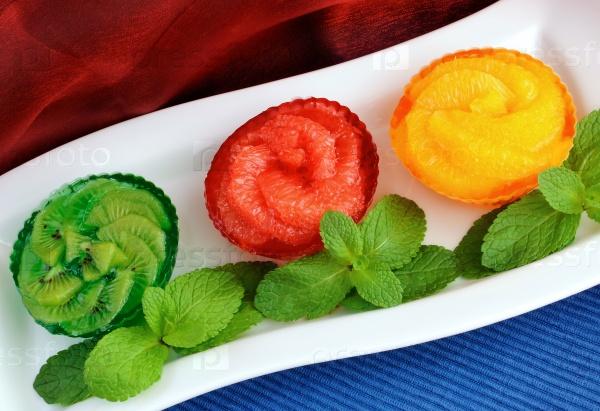 Желейный десерт из свежих фруктов
