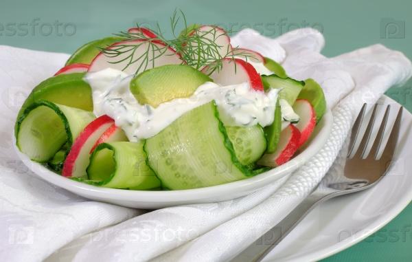Салат из огурцов с редисом и авокадо в сливочном соусе