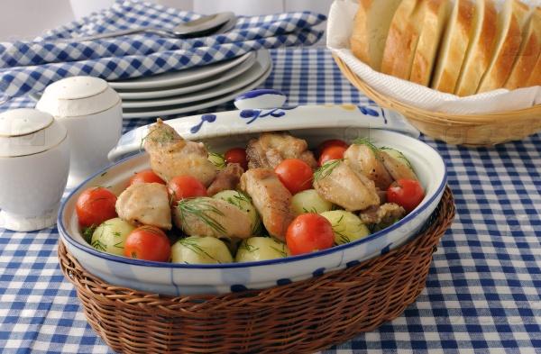 Печеный картофель с курицей и помидорами
