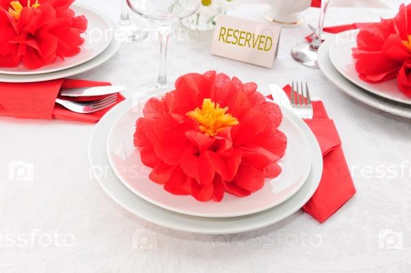 Посуда и бумажные полотенца в виде цветка