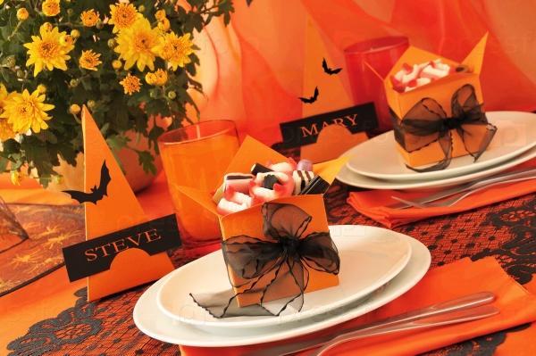 Праздничный стол с подарками для Хэллоуина